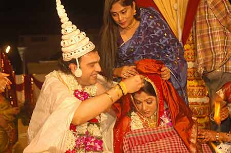 Shouvik adorning Rima with sindoor