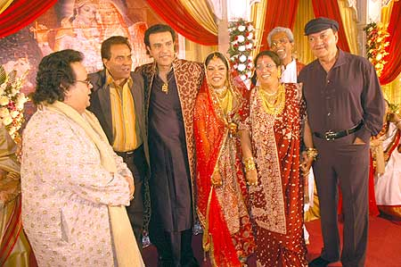 Dharmendra and Prem Chopra bless the couple
