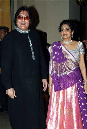 Vinod Khanna and wife Kavita showcase traditional attire
