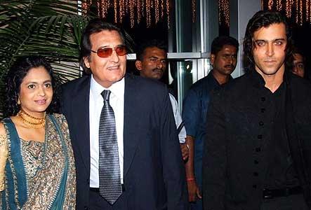 Vinod Khanna with wife Kavita & Hrithik
